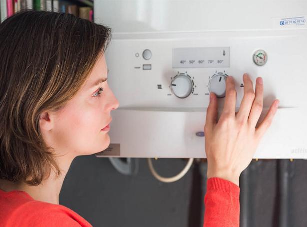 profesional reparando calentador